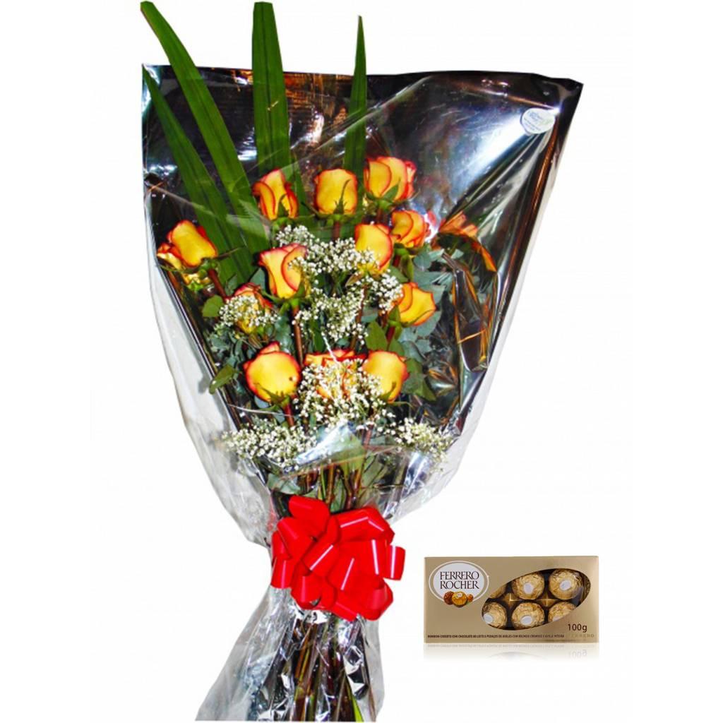 Ramo 12 Rosas con Borde de Pétalos Rojos en Sobre Transparente + Bombones Ferrero Rocher